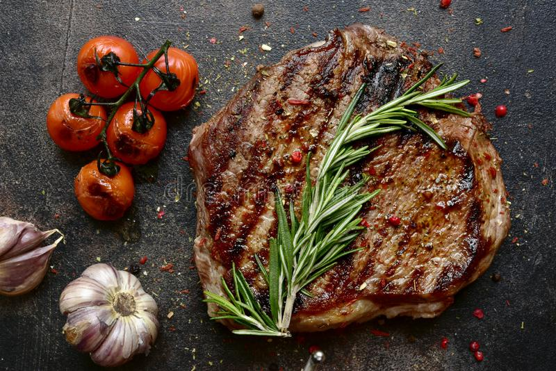 Grilled marmorerade nötköttbiff med grönsaker Bästa sikt med kopieringsutrymme fotografering för bildbyråer