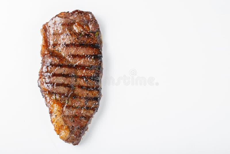 Grilled marmorerade striploin för nötköttbiff som isolerades på vit bakgrund, bästa sikt med kopieringsutrymme arkivbild
