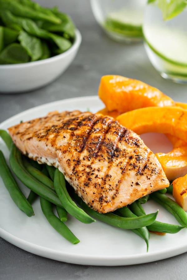 Grilled a noirci le filet saumoné avec la courge grillée image libre de droits
