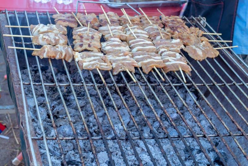 Grilled ont mariné le porc avec des brochettes de sauce et petit photo libre de droits