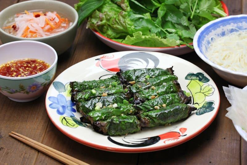 Grilled picó la carne de vaca envuelta en la hoja del betel, cocina vietnamita imágenes de archivo libres de regalías