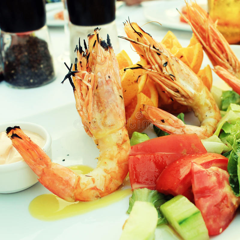Grilled prawns and vegetable salad royalty free stock photos
