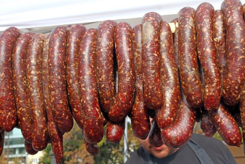 Grilled rökte korvar utomhus Kött som bakas på gallerbbqen Köttläckerheter Hemlagade korvar för korvar på gallret Gata fo royaltyfria foton