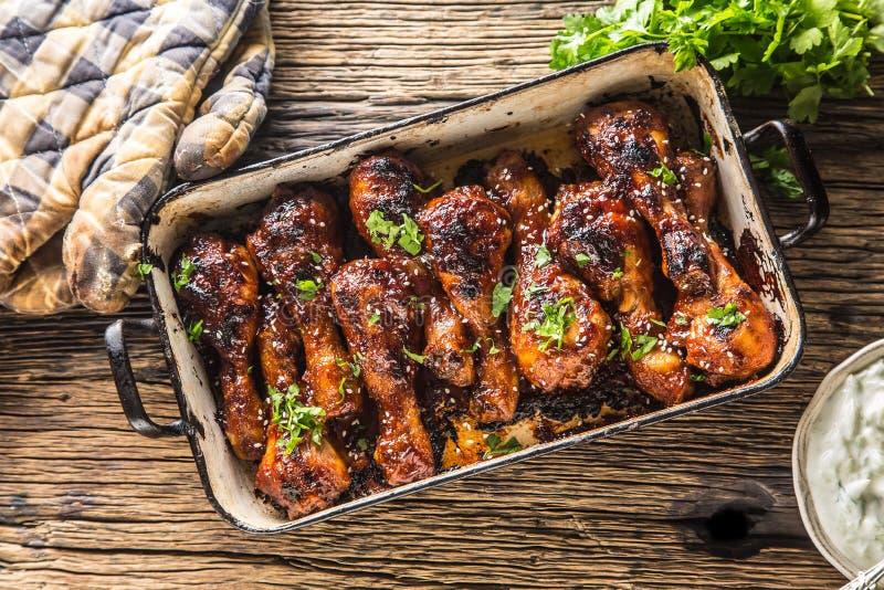 Grilled roasted e pé de galinha do assado na bandeja imagem de stock royalty free