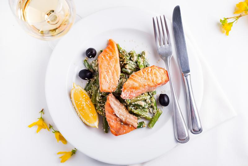 Grilled salmon with steamed green beans and lemon royalty free stock photos