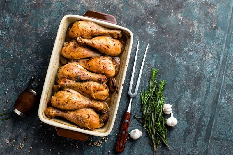 Grilled stekte fega ben för stek, trumpinnar på mörk bakgrund, kött med ingredienser för att laga mat arkivbilder
