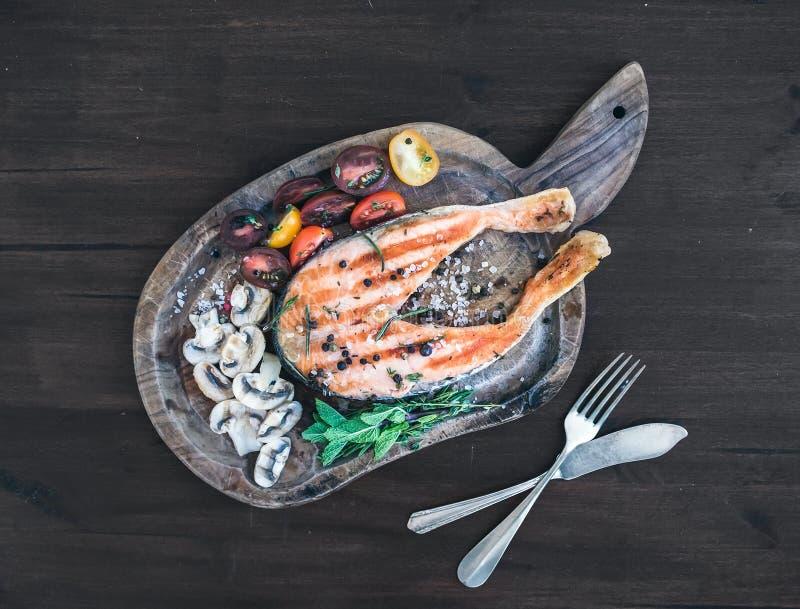 Grilledsalmonlapje vlees met verse kruiden, geroosterde paddestoelen, kers stock afbeeldingen