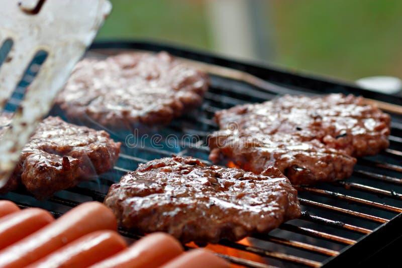 Grillen der Burger und der Hotdogs stockfotos