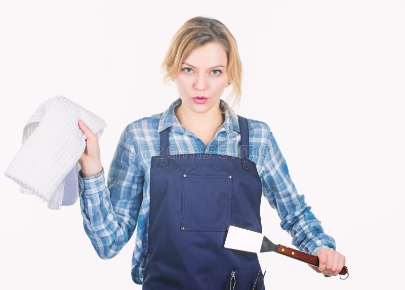 Grillen der Nahrung Kariertes Hemd und Schutzblech der Frau f?r das Kochen des wei?en Hintergrundes Kochen des Fleisches bei der  stockfotos