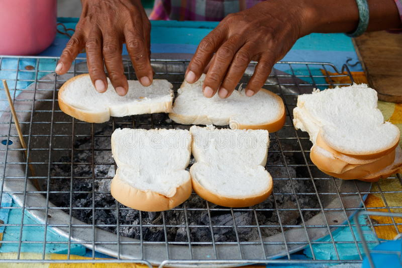Grillen des Brotes stockfotografie