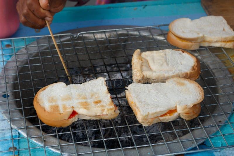 Grillen des Brotes lizenzfreie stockbilder