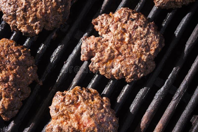 Grillen des Burgerrindfleisches lizenzfreie stockbilder
