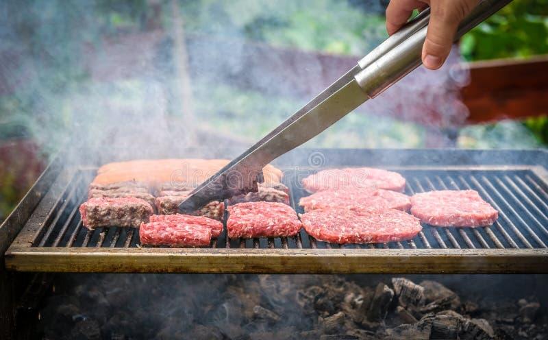 Grillen des Fleisches auf Grillgrill mit Kohle stockbild