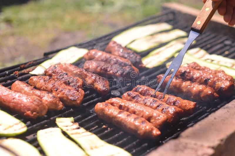 Grillen des Fleisches und der Zucchini lizenzfreies stockbild