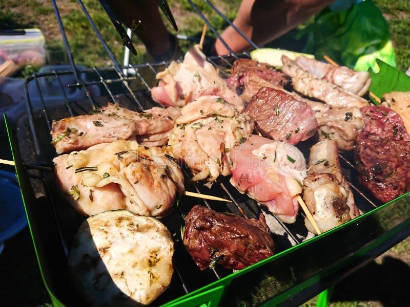 Grillen des Fleischfreiens in einem Park stockfoto