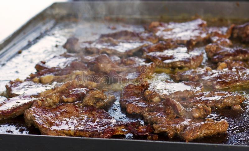 Grillen des Rindfleischfleisches Rauch lizenzfreie stockfotos