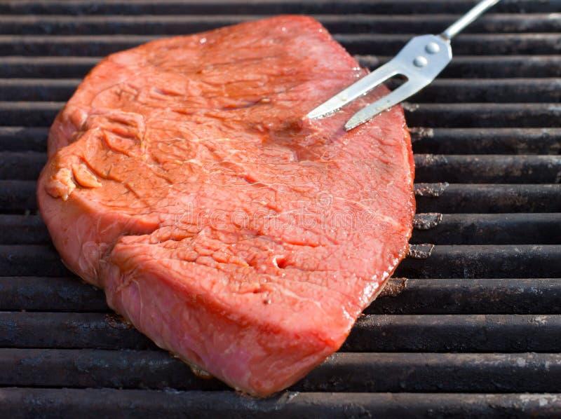 Grillen des Steaks stockfotografie