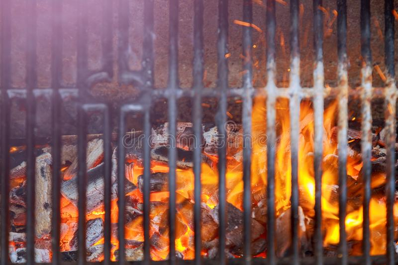Grillen Sie Feuer-Grillnahaufnahme, BBQ-Grill mit vibrierende Flammen-schwarzem Hintergrund lizenzfreies stockfoto