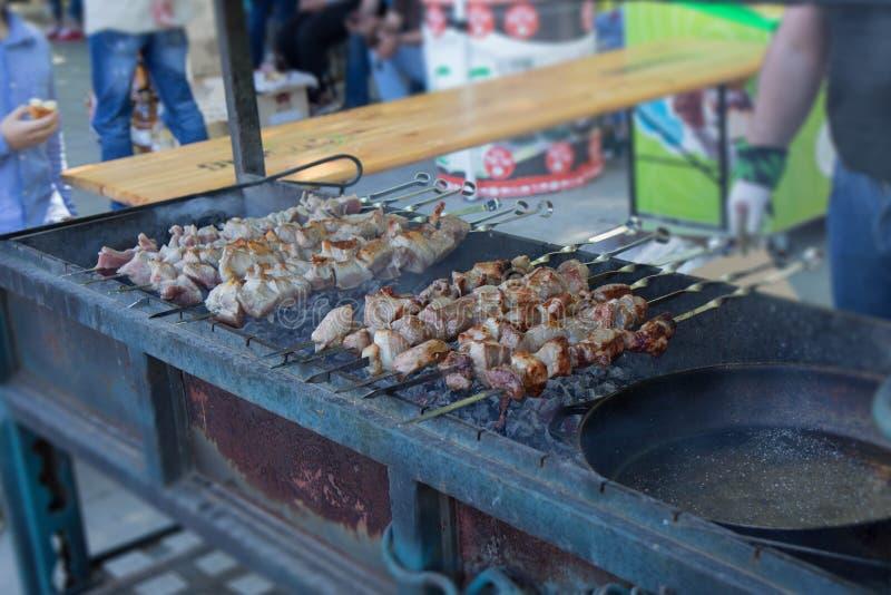 Grillen Sie gegrilltes Schweinefleisch shashlik Kebab-Fleischlamm, Kebab marinierter Kaukasus-Grillfleisch shashlik, das Kebab dr lizenzfreie stockbilder