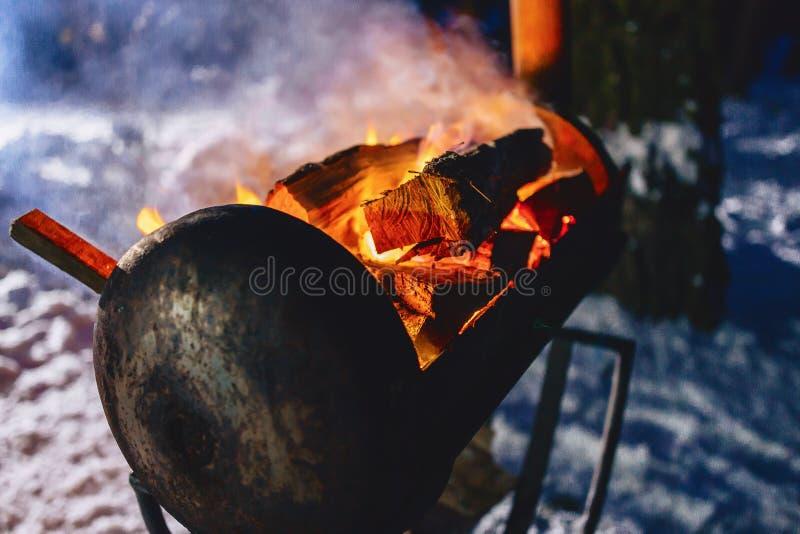 Grillen Sie Grill im schneebedeckten Komplex im Rauche stockbilder