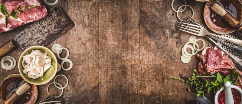 Grillen Sie Hintergrund mit bbq-Fleisch mit Weinleseküchengeschirr-Küchengeräten und Soßen und Bestandteile für das Grillen lizenzfreie stockbilder