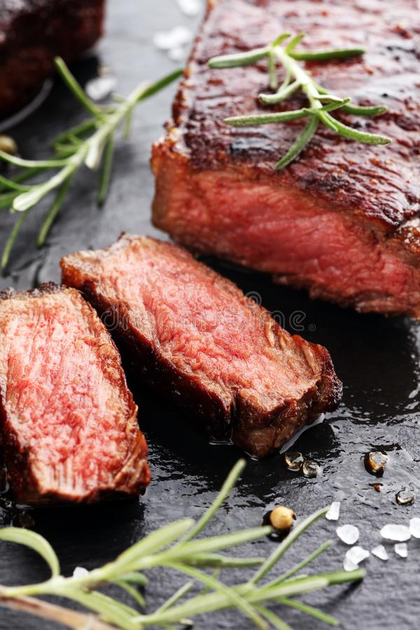 Grillen Sie Rib Eye Steak oder Rumpsteak - trocknen Sie gealterte Wagyu-Mittelrippe vom Rind lizenzfreie stockfotos