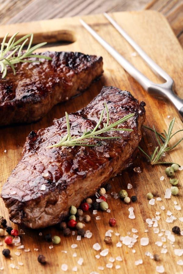 Grillen Sie Rib Eye Steak oder Rumpsteak - trocknen Sie gealterte Wagyu-Mittelrippe vom Rind stockfoto
