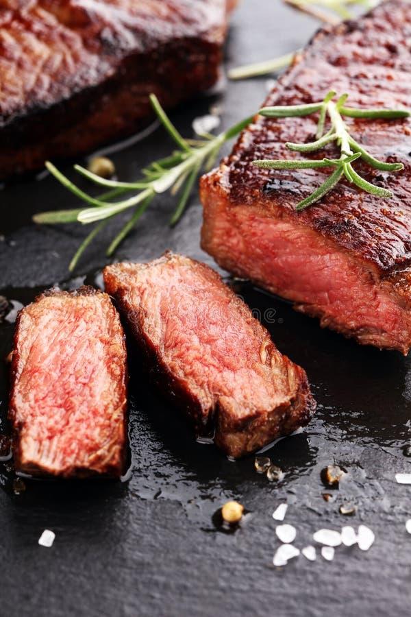 Grillen Sie Rib Eye Steak oder Rumpsteak - trocknen Sie gealterte Wagyu-Mittelrippe vom Rind stockfotos