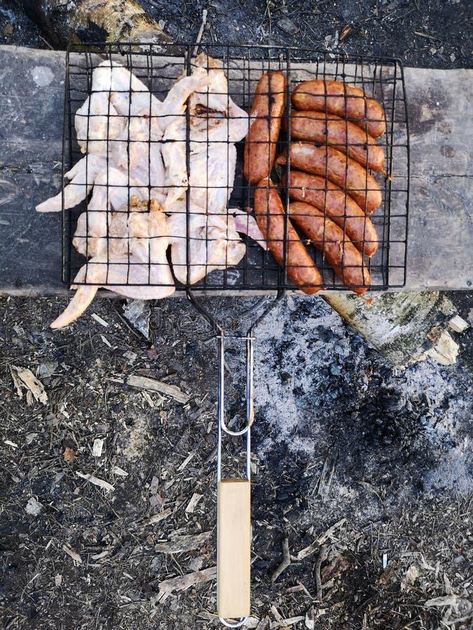 Grillen Sie und Frischfleisch braten, H?hnergrill, Wurst, Kebab, Hamburger, Gem?se, BBQ, Grill, Meeresfr?chte gegrillt stockbilder