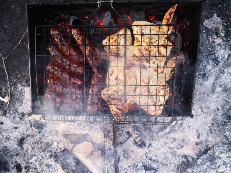 Grillen Sie und Frischfleisch braten, H?hnergrill, Wurst, Kebab, Hamburger, Gem?se, BBQ, Grill, Meeresfr?chte gegrillt lizenzfreie stockbilder