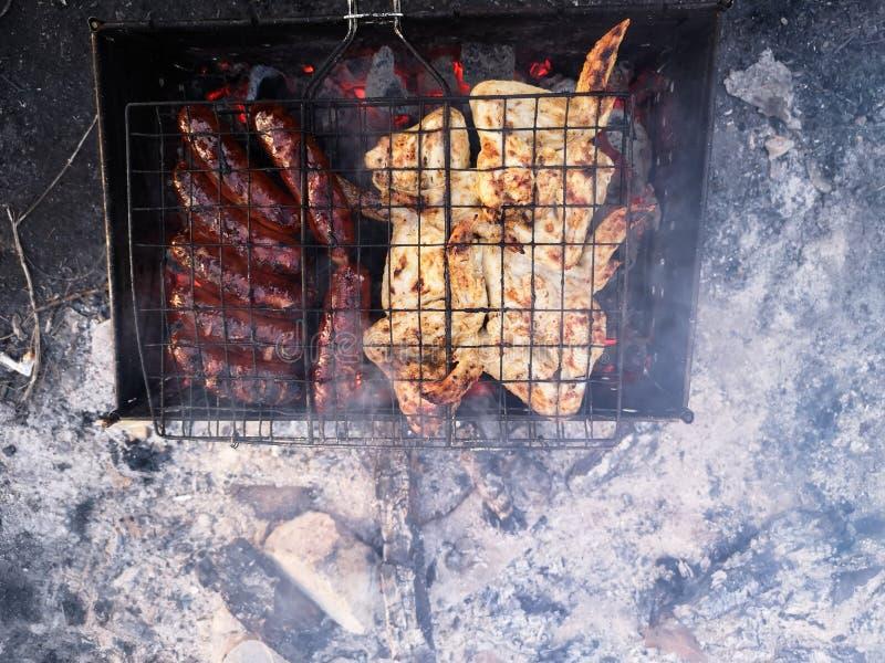 Grillen Sie und Frischfleisch braten, H?hnergrill, Wurst, Kebab, Hamburger, Gem?se, BBQ, Grill, Meeresfr?chte gegrillt lizenzfreie stockfotografie