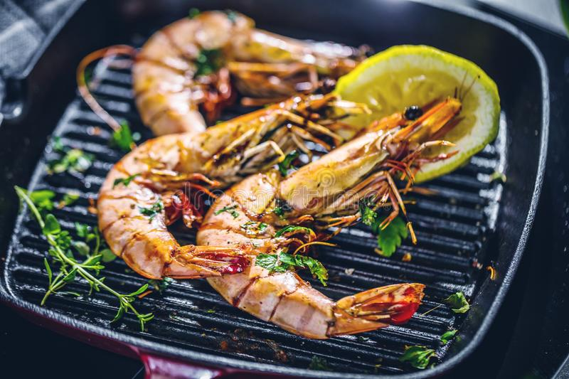 Grillen tiger prawns in iron man with lemon stock images