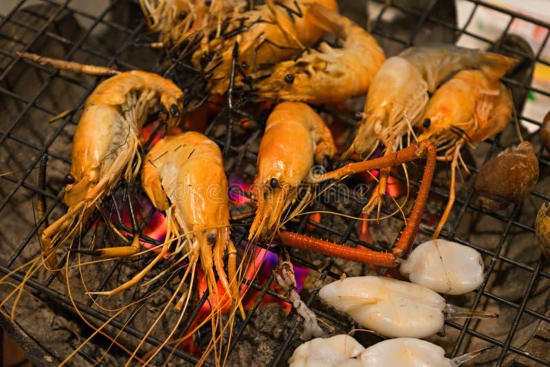 Grillen von Meeresfrüchten stockfotos