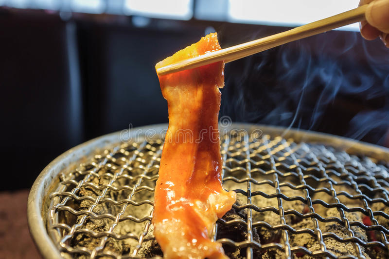 Grillen von Schweinefleisch lizenzfreie stockfotos