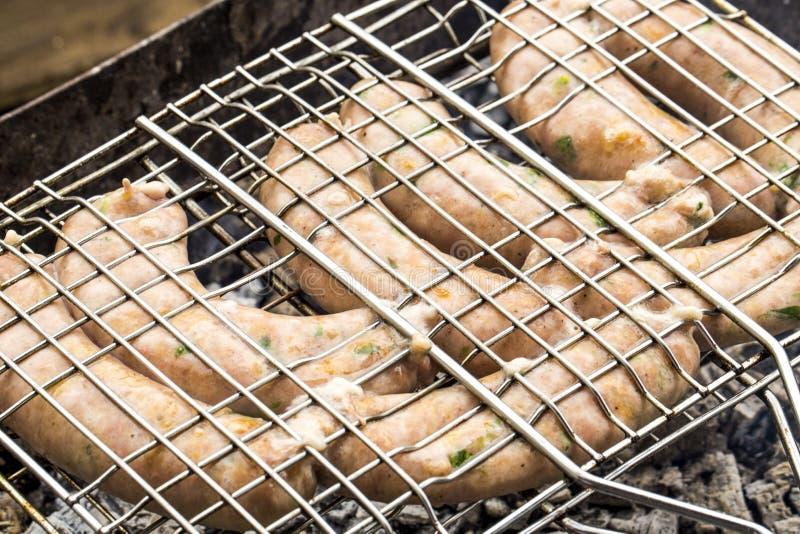 Grillen von Würsten auf Grillgrill stockbild