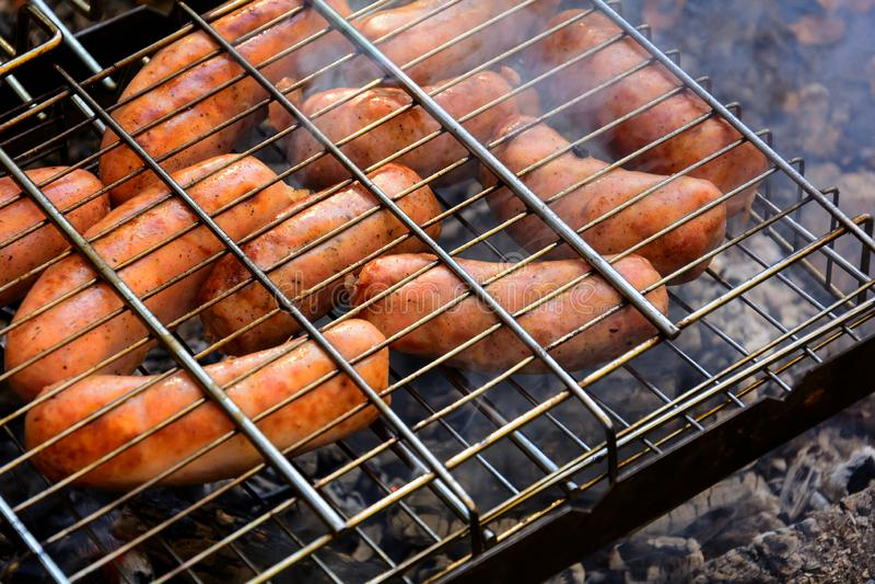 Grillen von Würsten auf Grillgrill BBQ in der Herbstwaldnahaufnahme Weicher Fokus lizenzfreie stockfotos