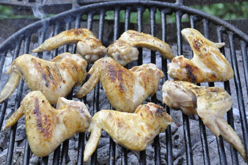 Grillen von würzigen Hühnerflügeln auf Grillgrill lizenzfreie stockfotos