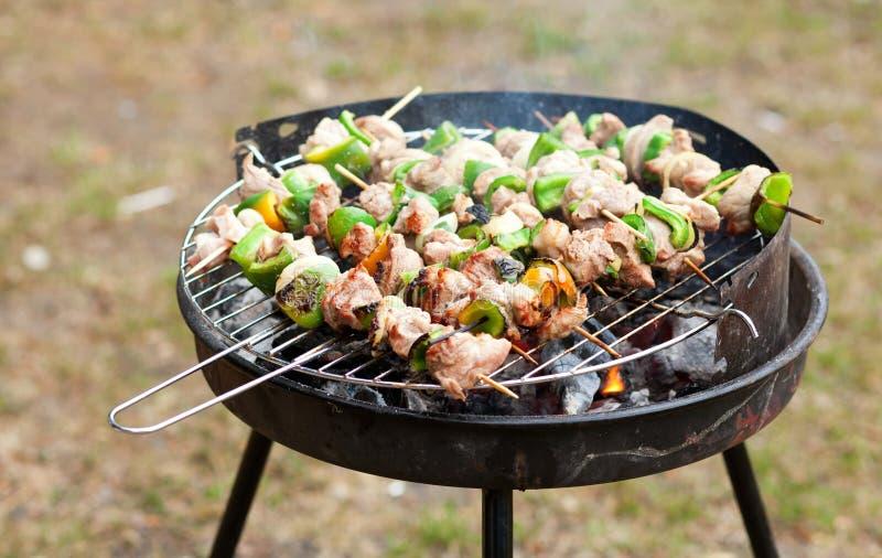Griller au week-end d'été images stock