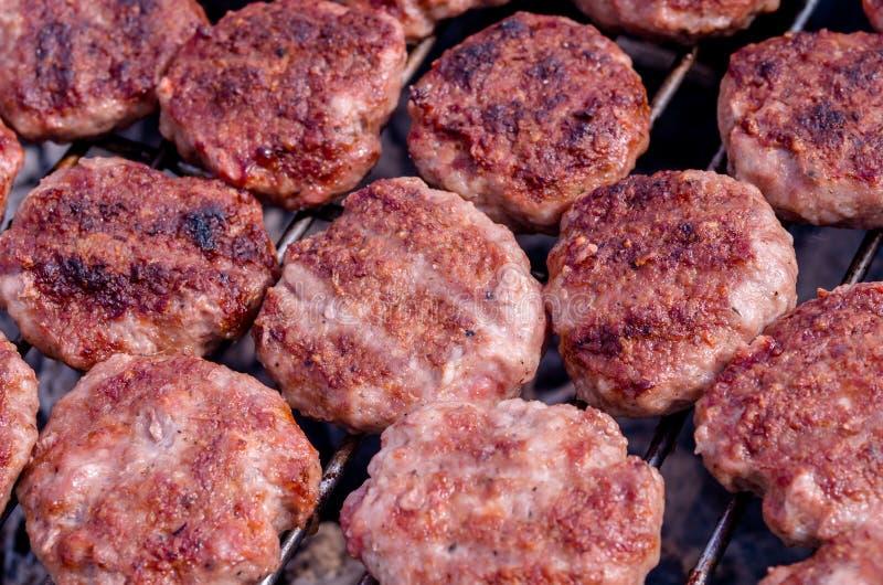 Griller des boulettes de viande sur le gril Cuisson du barbecue avec le charbon de bois dans le jardin photo libre de droits
