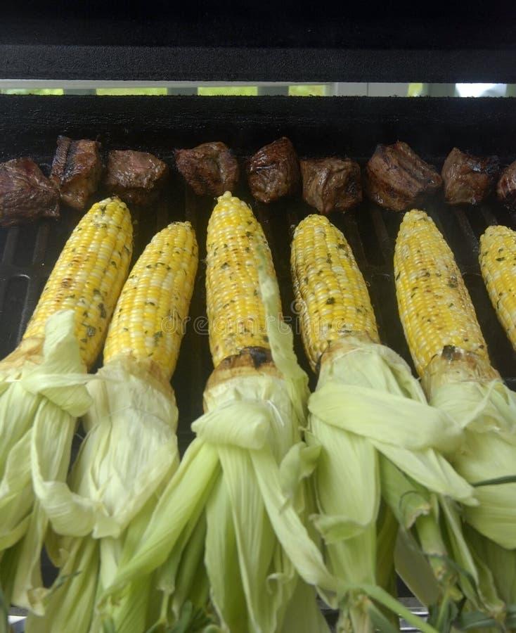 Griller des extrémités de maïs et de bifteck image stock