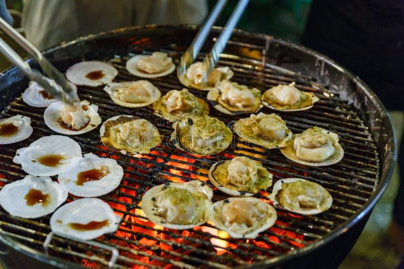 Griller des festons avec de la sauce à fruits de mer thaïlandaise images stock