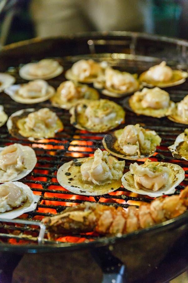 Griller des festons avec de la sauce à fruits de mer thaïlandaise images libres de droits