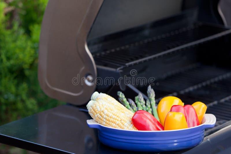 Griller des légumes images libres de droits