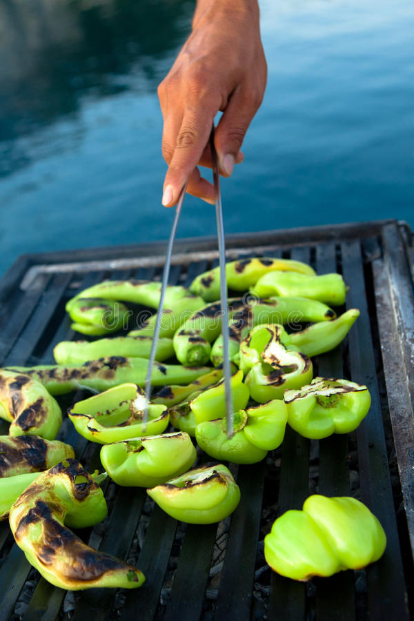 Griller des poivrons verts photographie stock