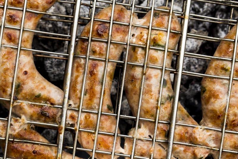 Griller des saucisses photo libre de droits