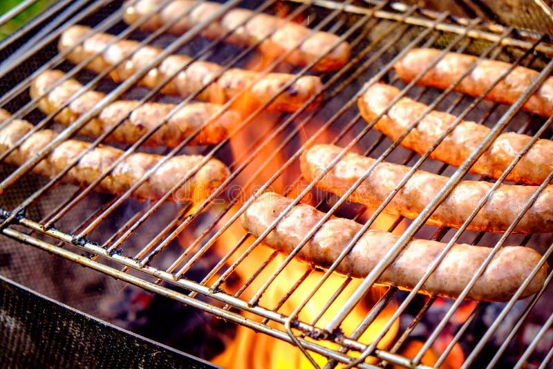 Griller des saucisses image stock