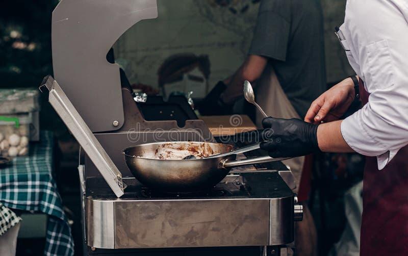 griller le bifteck de barbecue homme tenant la cuillère en acier et me rôtissant photographie stock
