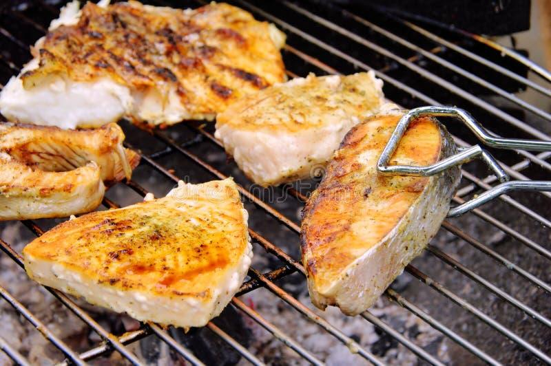 Griller le bifteck des poissons photographie stock libre de droits