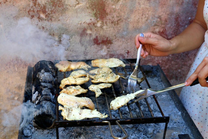 Griller le poulet photos stock