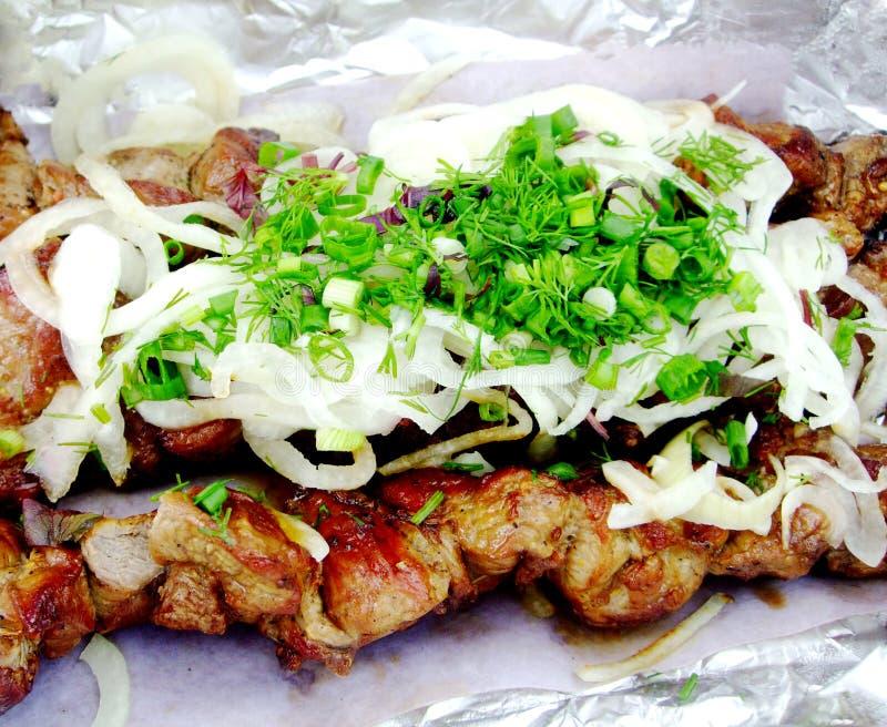 Griller le shashlik avec la verdure photos libres de droits